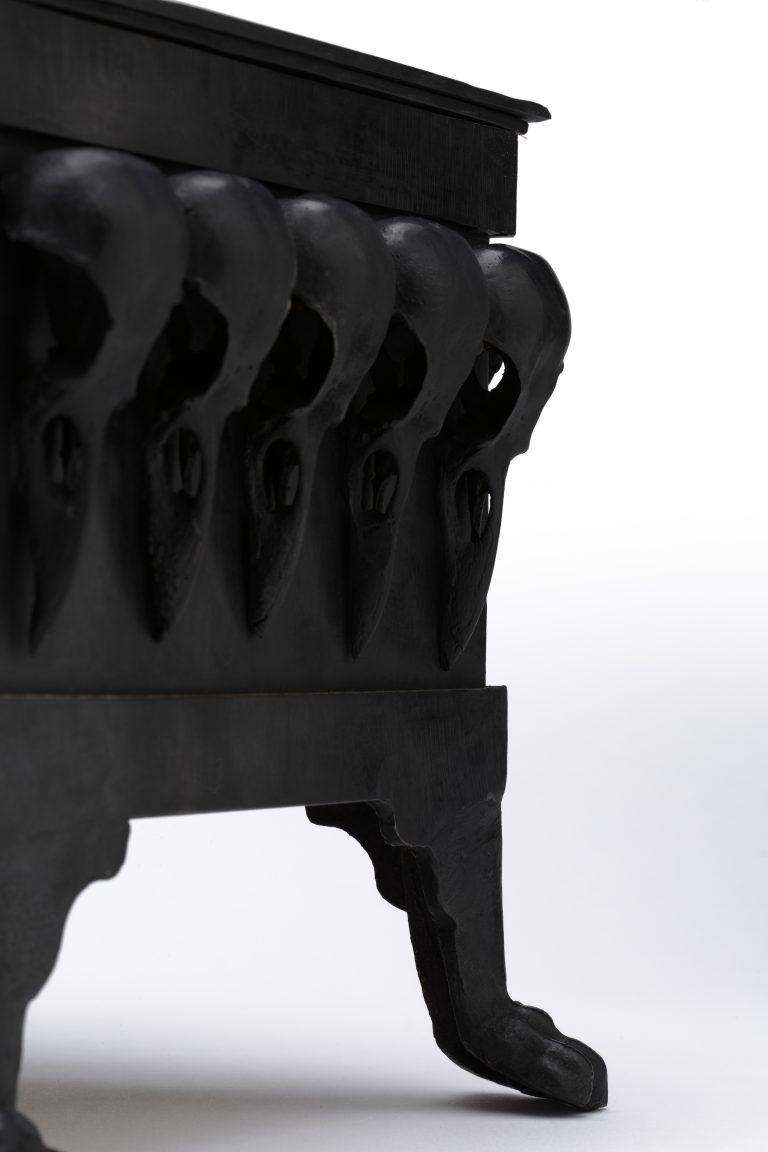 Reliquary for C... - Antoine Birot - Coffret en laiton orné de 24 crâne de corbeau en bronze.